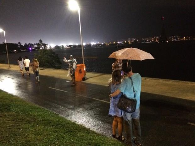 Chuva forte na Lagoa Rodrigo de Freitas na noite deste sábado (12) (Foto: Marcelo Elizardo/G1)