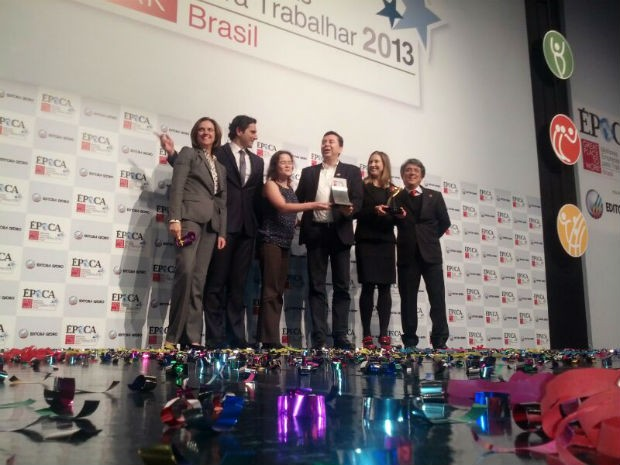 A equipe do Google comemora o primeiro lugar na categoria médias e pequenas – multinacionais (Foto: ÉPOCA)