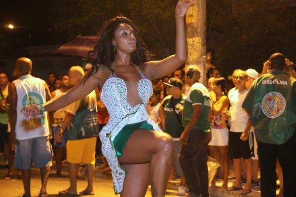 Camila Silva exibe as pernas em noite de samba no Rio