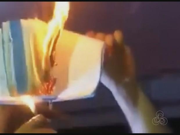 Bíblia foi queimada em sarau realizado dentro da Universidade Federal do Acre (Foto: Reprodução/Rde Amazônica)