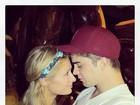 Paris Hilton posa com o namorado e se declara em fotos