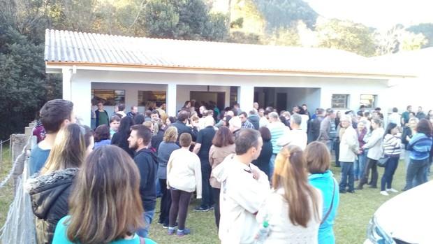 AMigos e parentes no velório de Fabiane Niclotti, em Gramado (Foto: Mateus Fontana/EGO)