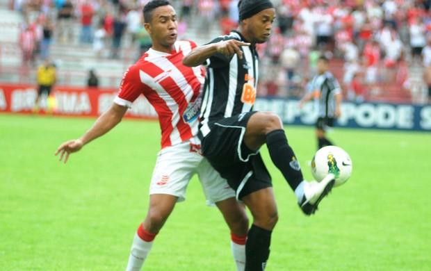 Volante Josa marcando Ronaldinho Gaúcho (Foto: Aldo Carneiro/Pernambuco Press)