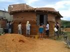 Eletricista ergue casa sustentável com terra em projeto de baixo custo