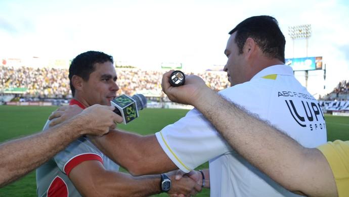 Leandro Sena, técnico do América-RN e Roberto Fernandes, técnico do ABC (Foto: Jocaff Souza)