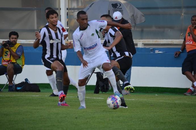 CABOFRIENSE X BOTAFOGO - Gerson disputa bola (Foto: Andreia Maciel/Divulgação)