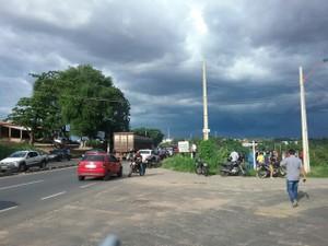 Trânsito fico lento no local por casa dos curiosos (Foto: Ellyo Teixeira/G1)
