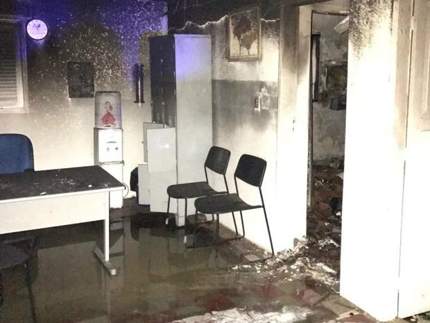 Delegacia da Mulher foi incendiada na cidade de Caicó  (Foto: Sidney Silva )