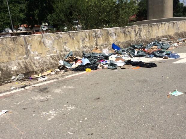 Lixo espalhado na Avenida Jornalista Roberto Marinho (Foto: Márcio Pinho/G1)