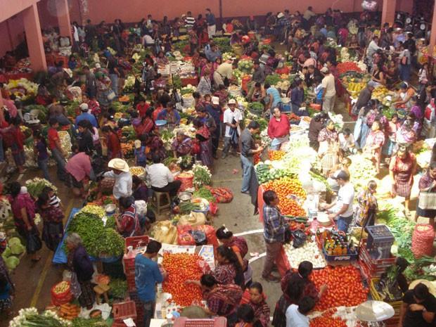 Mercado de Chichicastenango, na Guatemala, considerado o maior mercado indígena da América Central e que reúne descendentes dos maias (Foto: Hellen Santos/Globo Natureza)