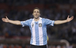 Higuain comemora gol Argentina sobre Venezuela (Foto: AP)