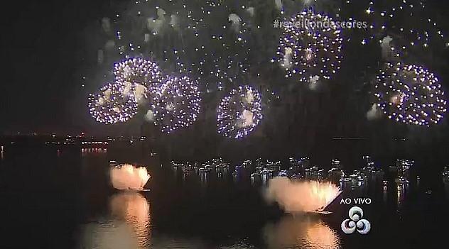 Transmissão da queima de fogos do show da virada, na praia da Ponta Negra, em Manaus (Foto: Rede Amazônica)
