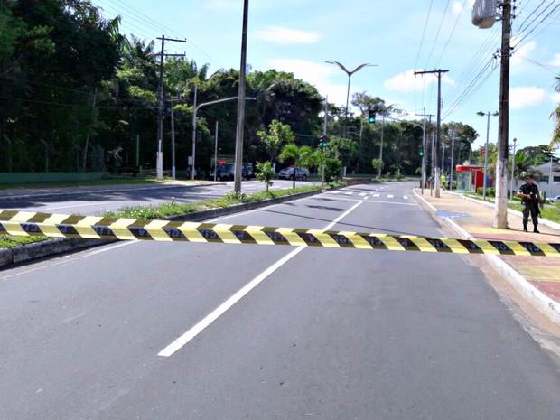 Área foi isolada na Avenida São Jorge, em Manaus (Foto: Adneison Severiano/G1 AM)
