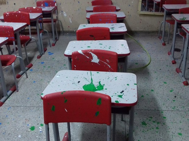 Mesas ficaram manchadas de tinta (Foto: Ivan de Carvalho / Prefeitura de Bertioga)