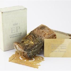 Fatia do bolo de Elizabeth II a ser leiloada na Inglaterra (Foto: Divulgação/Gorringes Auctioneers)