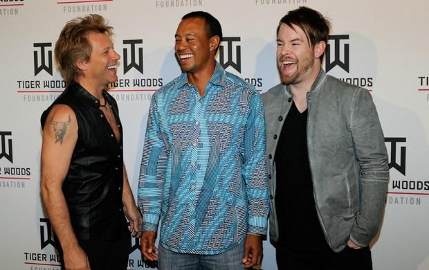 Jon Bon Jovi e David Cook com Tiger Woods no Tiger Jam (Foto: AFP)