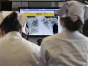 Médicos e enfermeiras participam de treinamento para cuidar de casos de H7N9,a gripe aviária, na cidade de de Hangzhou, na China. (Foto: Science Reuters/Chance Chan)