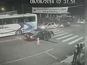 Vídeo mostra a ação dos policiais que resultou na morte do jovem  (Foto: Reprodução / TV TEM)