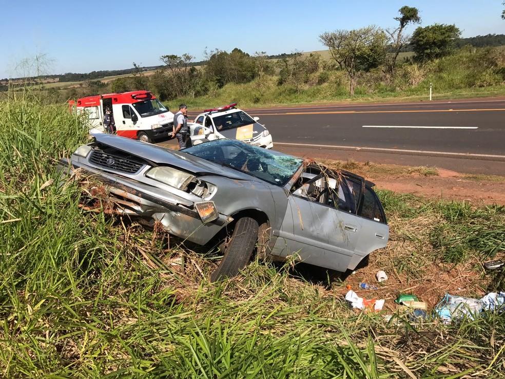 Carro capotou em trecho da SP-284, que liga Assis a Paraguaçu Paulista (Foto: Polícia Rodoviária/Divulgação)