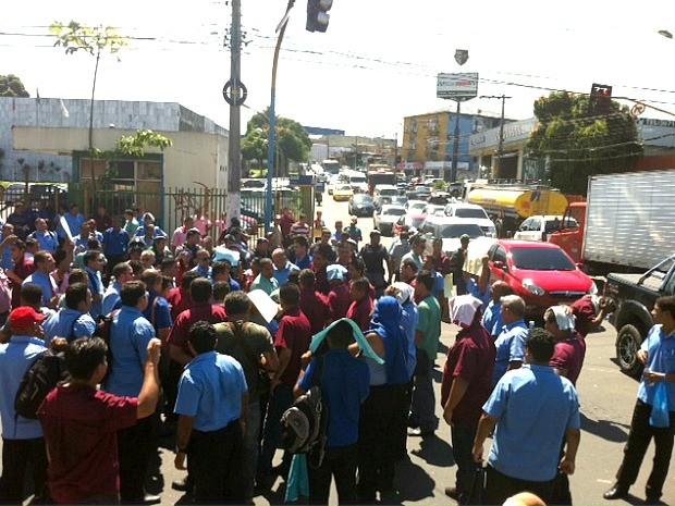 Rodoviários ocupam Avenida Brasil no sentido centro/bairro (Foto: Adneison Severiano/G1 AM)