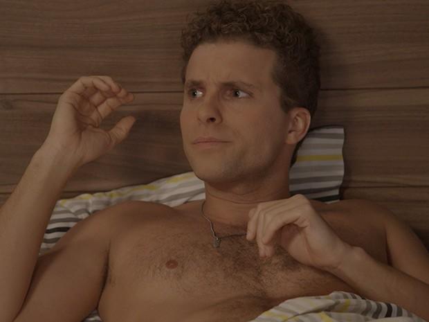 Vini fica bolado após passar a noite com a ex (Foto: TV Globo)