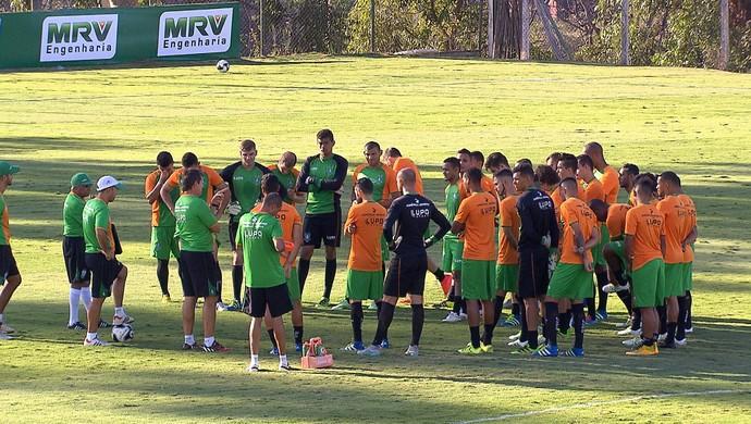 Givanildo Oliveira conversa com jogadores do América-MG (Foto: Fabiano Sperandio)