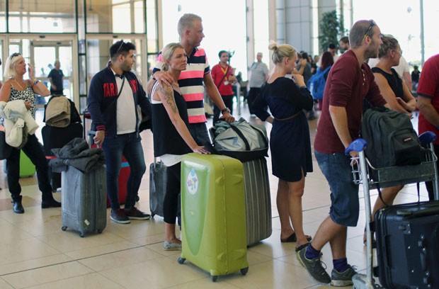 Turistas britânicos embarcam em voos para deixar o aeroporto de Sharm el-Sheikh, no Egito, nesta sexta-feira (6) (Foto: Asmaa Waguih/Reuters)