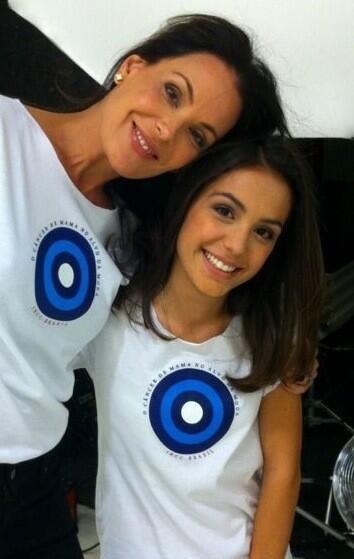 Carolina Ferraz e a filha Valentina (Foto: Twitter/Reprodução)