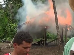 Aldeias indígenas foram incendiadas (Foto: Reprodução/TV Amazonas)