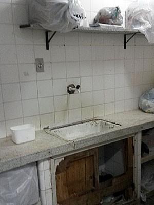 Situação é crítica em alguns dos ambientes da maternidade Barros Lima (Foto: Divulgação / CEEMM-PE)
