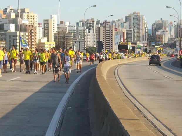 Manifestantes saíram de Vila Velha para protesto em Vitória (Foto: Leandro Nossa/ CBN)