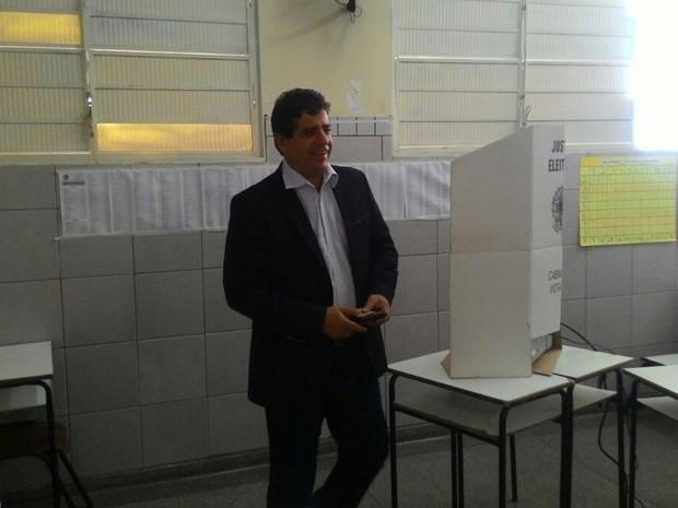 Candidato a prefeito Athayde (PPS) vota em Campo Grande (Foto: Flávia Galdiole/TV Morena)