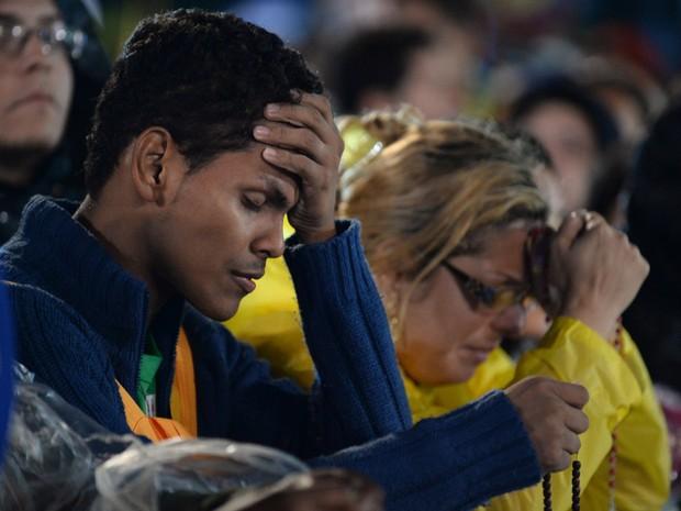 Fiéis rezam durante a missa em Copacabana (Foto: Tasso Marcelo/AFP)