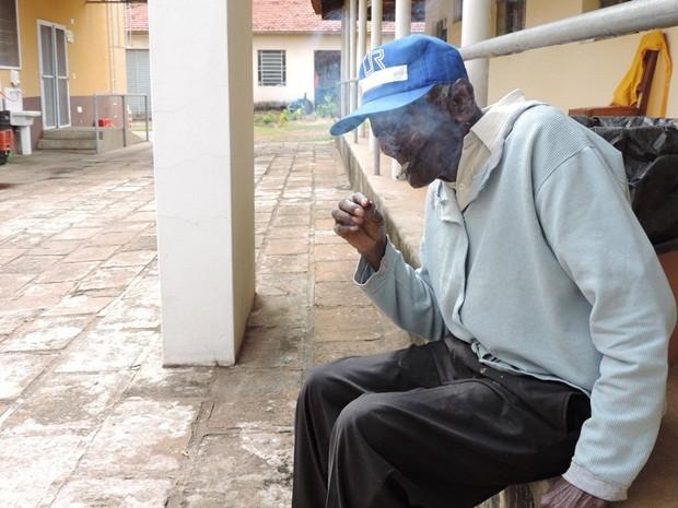 Zé fuma em média um maço de cigarros por dia (Foto: Alan Schneider/G1)