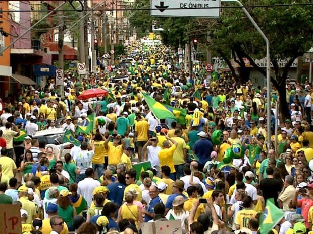 Segundo a PM, 70 mil foram às ruas em Ribeirão Preto, SP, no domingo (13) (Foto: Reprodução/EPTV)