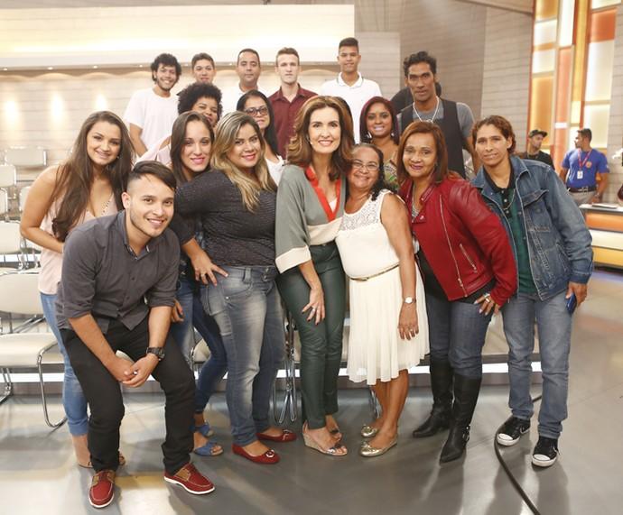 Galera faz foto ao lado da apresentadora (Foto: Fábio Rocha/Gshow)