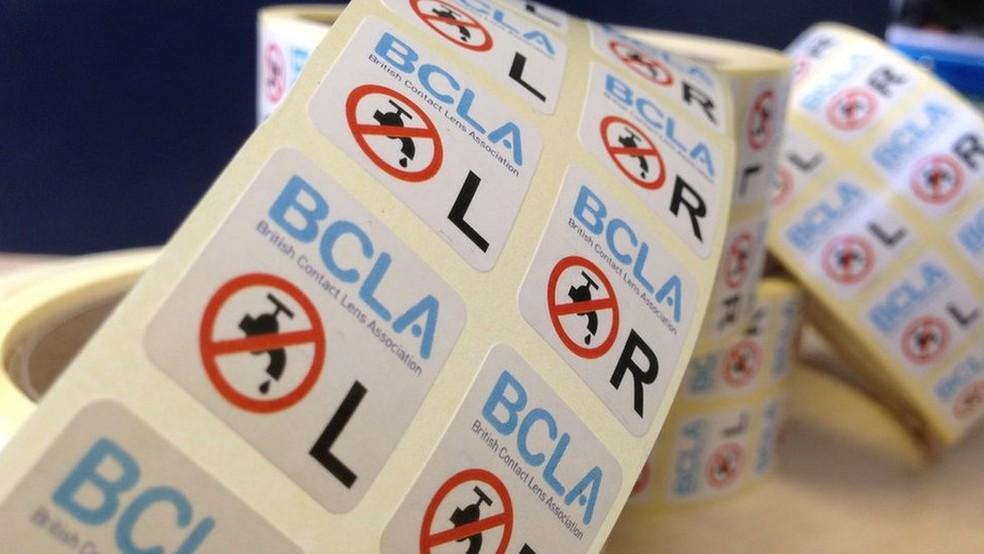 A Associação Britânica de Lentes de Contato (BCLA) distribuiu adesivos com o símbolo de 'não usar água' (Foto: BBC)