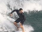 Vladimir Brichta mostra habilidade em dia de surf