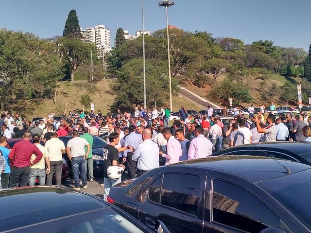 Motoristas do aplicativo Uber protestam na Zona Oeste de SP após assassinato de colega  (Foto: Jorge Ruo/Divulgação)