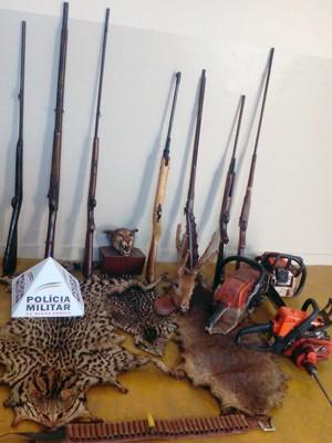 apreensão monte alegre de minas caça animais armas munição (Foto: Polícia Militar de Monte Alegre de Minas/ Divulgação)