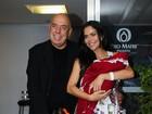 Daniela Albuquerque deixa a maternidade com a filha