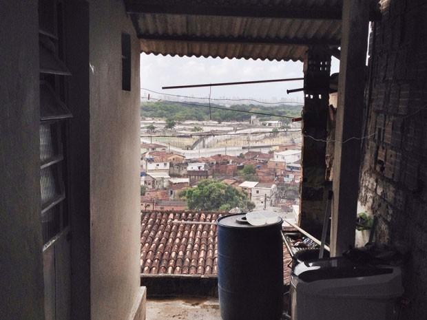Terraço e pia onde o montador de bicicletas Ricardo Alves escovava os dentes, quando levou tiro. Ao fundo, a vista do Complexo Prisional do Curado  (Foto: Wagner Sarmento / TV Globo)