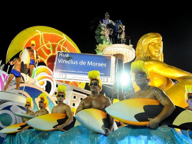 Carro da União da Ilha faz referência a Ipanema, lugar célebre por receber Vinicius de Moraes (Foto: Alexandre Durão/G1)