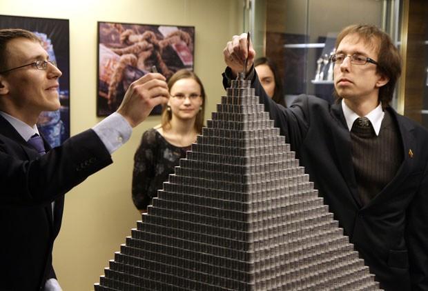 Grupo levou três semanas para erguer  pirâmide de 1,13 metro (Foto: Petras Malukas/AFP)
