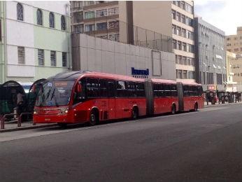 Frota parcial de ônibus circula nesta sexta-feira (Foto: Paola Manfroi/RPC TV)