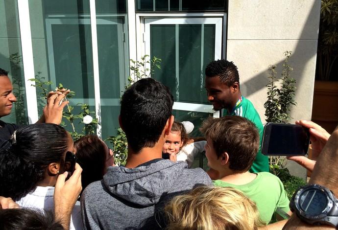 Obi Mikel Nigéria distribui autógrafos (Foto: Marcello Carvalho)