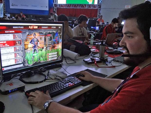 Estudante de engenharia civil, André Venâncio ganha dinheiro ao ensinar jovens a jogar no computador (Foto: Priscila Miranda / G1)