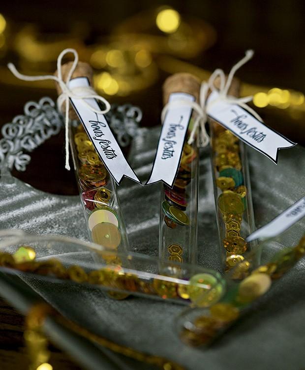 Tubos de ensaio com lantejoulas: para guarder de recordação ou espalhar brilho por aí depois da meia-noite (Foto: Cacá Bratke/Editora Globo)