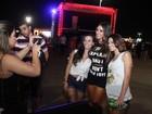 Com look bem curto, Nicole Bahls  é tietada por fãs no Rock in Rio