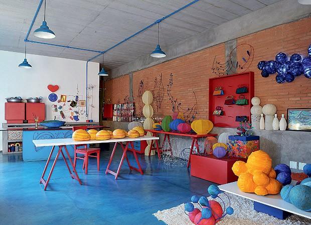 O ateliê da arquiteta Adriana Yazbek tem cor até no chão (Foto: Marcelo Magnani/Casa e Jardim)